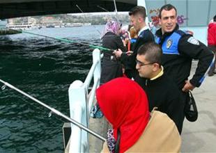 Galata Köprüsü'nde engellilerin balık keyfi