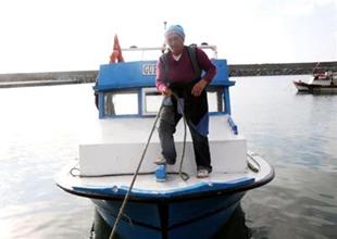 Balıkçılık yaparak çocuklarını okutuyor