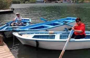 Dalyan Kanalı'nda  ojeli eller kürek çekiyor