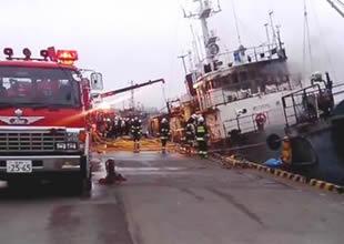 Limanda demirdeki gemide yangın çıktı