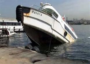 Haliç'te demirli bulunan tekne battı