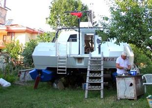 Evinin bahçesinde yelkenli katamaran yaptı