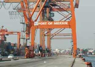 Mersin Port'ta işçiler vinçleri işgal etti