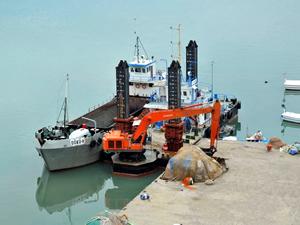 Özlüce Balıkçı Barınağı'nda dip taraması yapılıyor