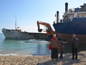 Mersin'de karaya oturan kuru yük gemisi kurtarıldı