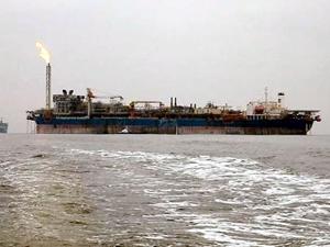 Tartışmalı gemi Kuito Aliağa açıklarına demir attı, çevreciler ayakta