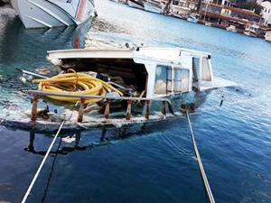 Datça'da balıkçı barınağındaki tekne battı