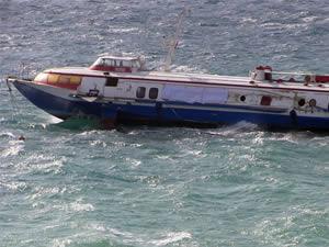 Bodrum'da fırtınanın sürüklediği deniz otobüsü karaya oturdu