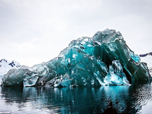Antarktika'da ender görülen buzdağı büyüledi