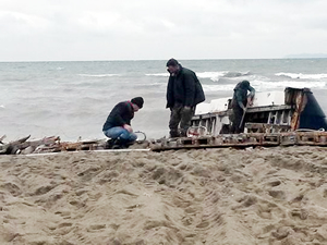 Bursa Karacabey'de sahile parçalanmış yat vurdu