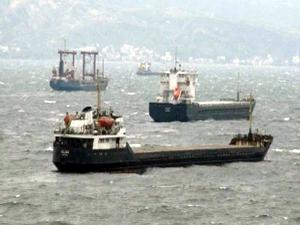 Bodrum'da fırtına yine yıktı geçti, gemiler limana sığındı, bir tekne battı