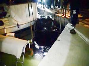 Teknenin üzerine düşen otomobil, tekneyle birlikte battı