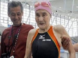 100 yaşındaki Japon nine  dünya yüzme rekoru kırdı