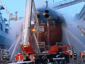 """Nükleer denizaltıdaki yangın """"batırılarak"""" söndürüldü"""