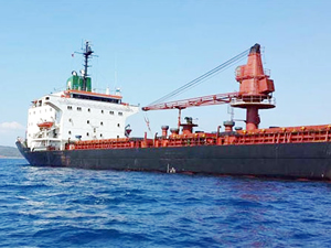 Datça'da batma tehlikesi atlatan gemi Aliağa Limanı'na çekiliyor