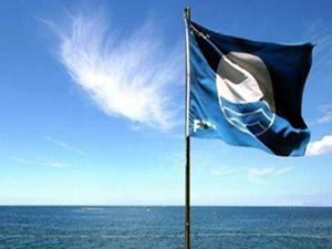 Foça'da 9 plajda Mavi Bayrak dalgalanıyor
