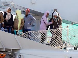 Denizde kaderine terkedilen Rohingya Müslümanları savaş gemileriyle ablukaya alındı