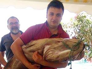 Marmarisli restoran işletmecisi, oltayla 30 kiloluk lagos yakaladı