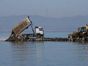 Balıkesir, Altınova'da sezon öncesi mendirek inşaatına tatilcilerden tepki
