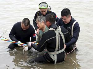 Çin'de alabora olan feribottakileri kurtarmak için 36 gemi 117 tekne seferber oldu