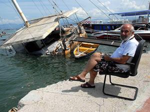 Fethiye'de  kıyıya bağlı gulet tekne battı