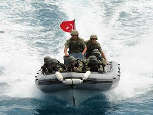 Türk Deniz Kuvvetlerinin amfibi hücum timleri korsanlara karşı eğitiliyor