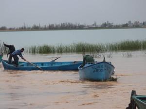 Beyşehir'de aşırı yağış balıkçı teknelerini batırdı