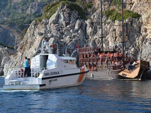 Poseidon isimli tur teknesi kayalıklara çarptı