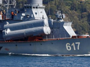 Rus savaş gemisi boğazdan kamuflajla geçti