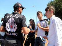 Samsun polisi denizde boğulmalara karşı Türkçe ve Arapça  broşür dağıttı