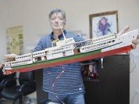 Atölyesinde sekiz saatini maket gemi yapına ayırıyor