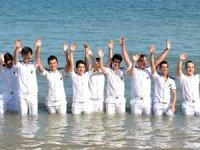 MEÜ öğrencileri, mezuniyet sevincini denize girerek yaşadı