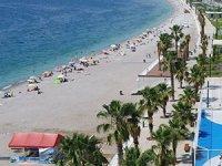 Konyaaltı Sahili, tatilcilerden yoğun ilgi görüyor