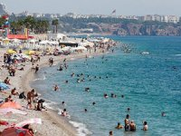 Antalya'da sıcak hava sahilleri doldurdu