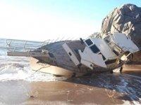 Antalya'da halatı kopan tekne, kıyıya vurup yan yattı