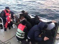 Ayvalık'ta tekneleri sürüklenen kaçakların imdadına Sahil Güvenlik yetişti