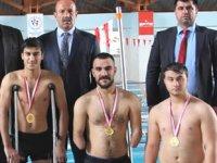 Türkiye 3.'sü olan engelli yüzücülere ödülleri verildi
