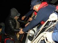 Kadıköy'de karaya oturan teknedeki 17 kişiyi Sahil Güvenlik kurtardı