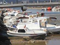 Çanakkale'de suların çekilmesiyle tekneler karaya oturdu