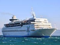 'Celestyal Olympia' isimli gemi, Kuşadası Limanı'na güçlükle yanaştı