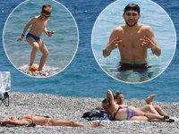 Antalya'da turistler, denizin keyfini çıkardı