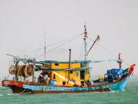 Malezya'da kaçak avlanılan teknede bir ton balık ele geçirildi
