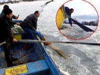 Çıldır'daki balıkçılar av için buzların erimesini bekliyor