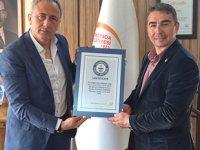 Cem Karabay, 'Dünya Rekoru'na ait sertifikaları hediye etti