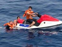 Jet-Ski'ye tutunarak kaçmaya çalışan göçmenler yakalandı