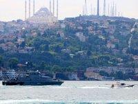 Rus savaş gemisi, çekilerek İstanbul Boğazı'ndan geçti