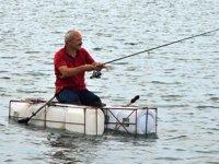Balık tutma sevdası bidonlardan tekne yaptırdı