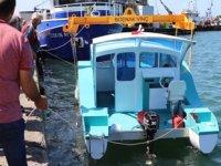 Zonguldak'ta 3 arkadaşın yaptığı tekne, suya indirildi