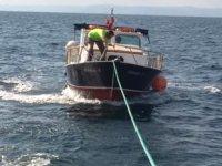 Sürüklenen teknedekileri Kıyı Emniyeti ekipleri kurtardı