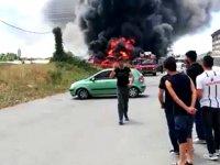 Tuzla'da boş arazideki teknelerde yangın çıktı